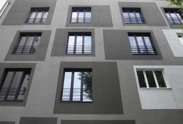 Pravilen pristop bi bil, da okna zamenjajo vsi lastniki hkrati, pred toplotno izolacijo fasade, v praksi pa je to redko, kot dokazujejo primeri prenovljenih blokov. Zamenjave ne bi smeli izvajati na svojo roko brez soglasja, s katerim bi se ohranil enoten videz fasade. Enako velja za zasteklitve balkonov in klimatske naprave.  - Foto: Leon Vidic