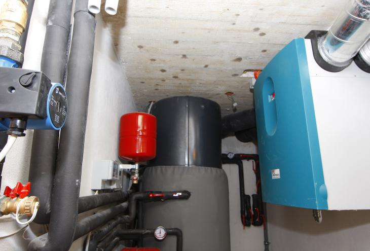 Prezračevalna naprava z rekuperacijo (na fotografiji skrajno desno) je v zrakotesnih hišah nujna. - Foto: Mavric Pivk/dokumentacija Dela