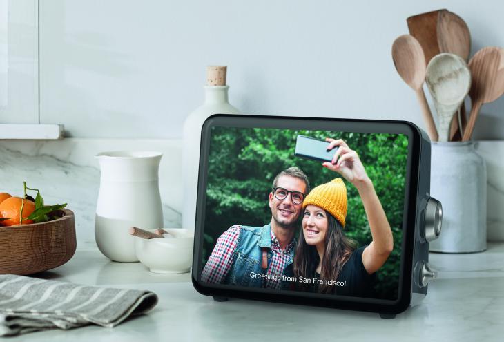Loop je multimedijska naprava, ki jo lahko postavite v kuhinjo ali katerikoli drugo sobo ter spremljate fotografije, sporočila in videoposnetke svojih najbližjih. - Foto: Loop