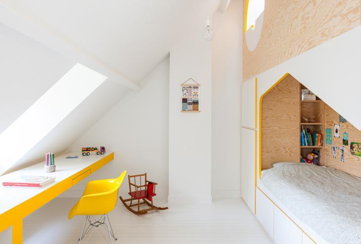Večnamenski kubus iz borovega lesa, ki sega od tal do stropa, otroško sobo pregrajuje na dva dela za dva otroka. - Foto: arhiv Van Staeyen interior arhitects