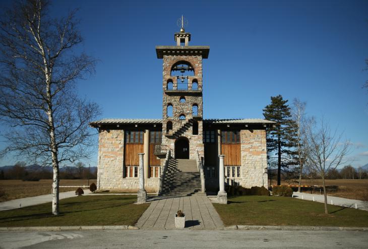 Plečnikova cerkev sv. Mihaela v Črni vasi na Barju. - Foto: Jure Eržen/Delo