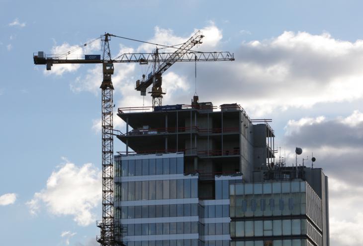 V aprilu se je znižala tako vrednost gradbenih del na stavbah kot tudi na gradbenih inženirskih objektih. - Foto: Igor Modic/dokumentacija Dela