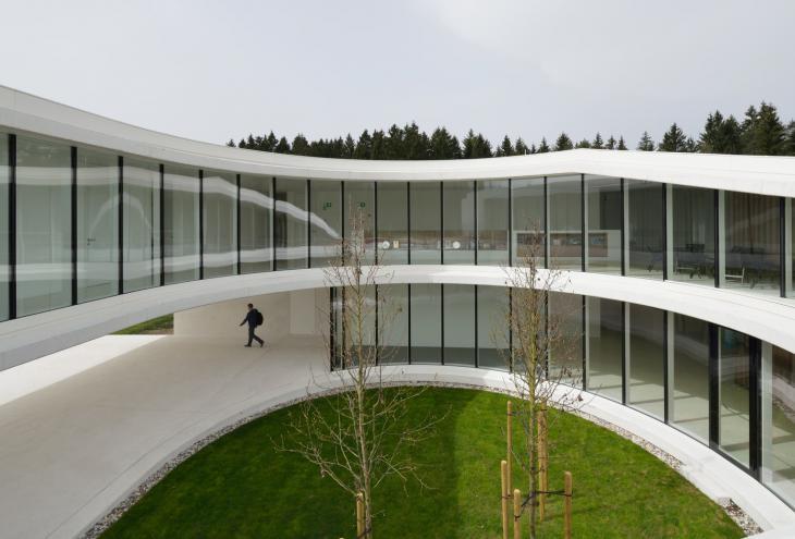 Med razstavljenimi projekti je na ogled tudi delo biroja Arhitektura Krušec, ki je letos prejel nagrado Prešernovega sklada (na fotografiji Upravna stavba NZS, Brdo pri Kranju). - Foto: arhiv Arhitektura Krušec/ Miran Kambič