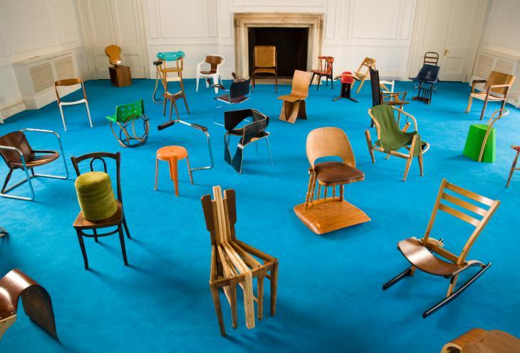 100 stolov Martina Gamperja na razstavi v Londonu. - Foto: arhiv Nilufar