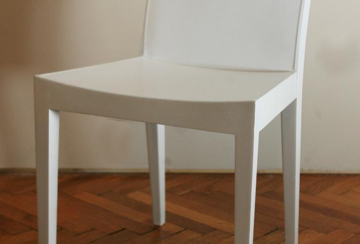 Preprost in prefinjen stol Asia je izdelan iz lesa in belega usnja.  - Foto: Uroš Hočevar/Delo