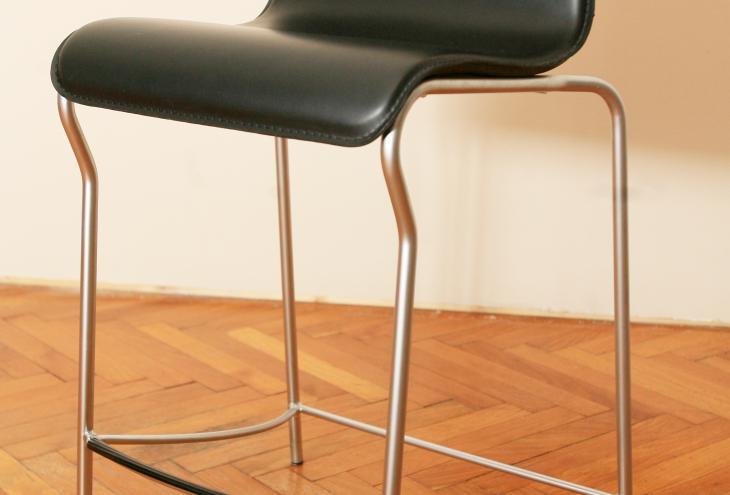 Eleganten barski stol v kombinaciji jekla in črnega usnja. Tokrat za nagrado lahko dobite kar dva. - Foto: Uroš Hočevar/Delo
