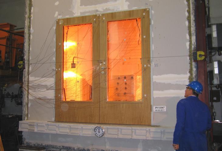 Vrata so uspešno prestala tri požarne preizkuse na Zavodu za gradbeništvo Ljubljana. - Foto: arhiv podjetja Lip Bled