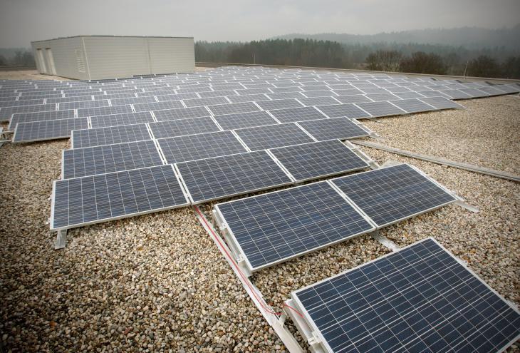 Prispevek sončne elektrarne na strehi Tehnološkega parka Ljubljana k zmanjšanju izpustov ogljikovega dioksida bo 100 ton na leto. - Foto: Jure Eržen/Delo