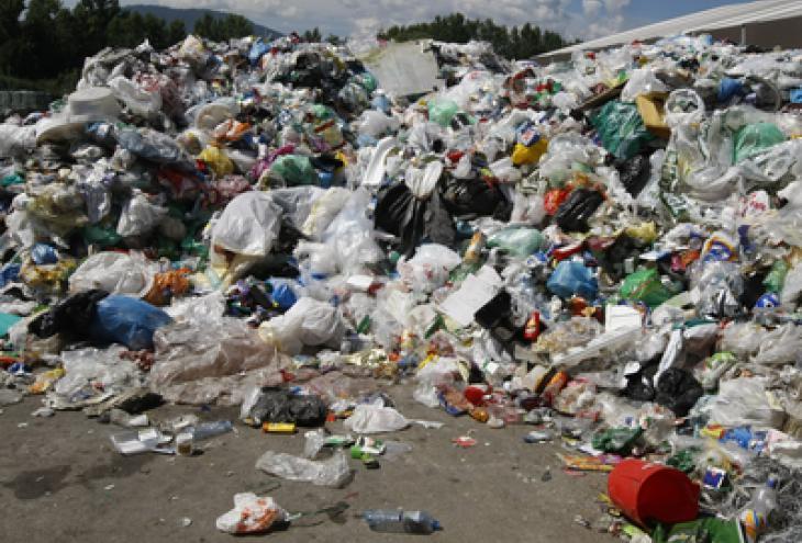 Glavna cilja strategije EU 2020 sta več recikliranja in pridobivanje energije z učinkovitejšo rabo virov. A tudi pri najbolj učinkovitem ravnanju z odpadki nastajajo toplogredni plini, zato je najbolje, da se izogibamo nastajanju novih odpadkov. - Foto: Tomi Lombar/dokumentacija Dela