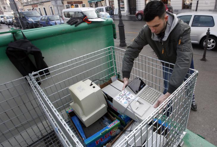 Meščani lahko v posebne zabojnike odložijo odpadni papir, odpadno električno in elektronsko opremo, jekleni odpad ali barvne kovine. - Foto: Mavric Pivk/Delo