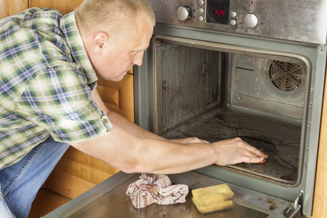 Čiščenja pečice se lotimo s sodo bikarbono in vodo. Foto: Shutterstock
