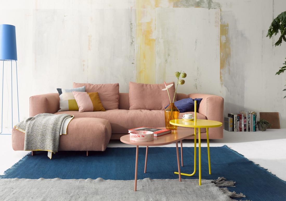 Nežen rožnat odtenek bo prav tako še vedno med trendovskimi, kombinirate ga lahko z modro barvo, ki je po novih modnih smernicah nepogrešljiva (arhiv podjetja COR).