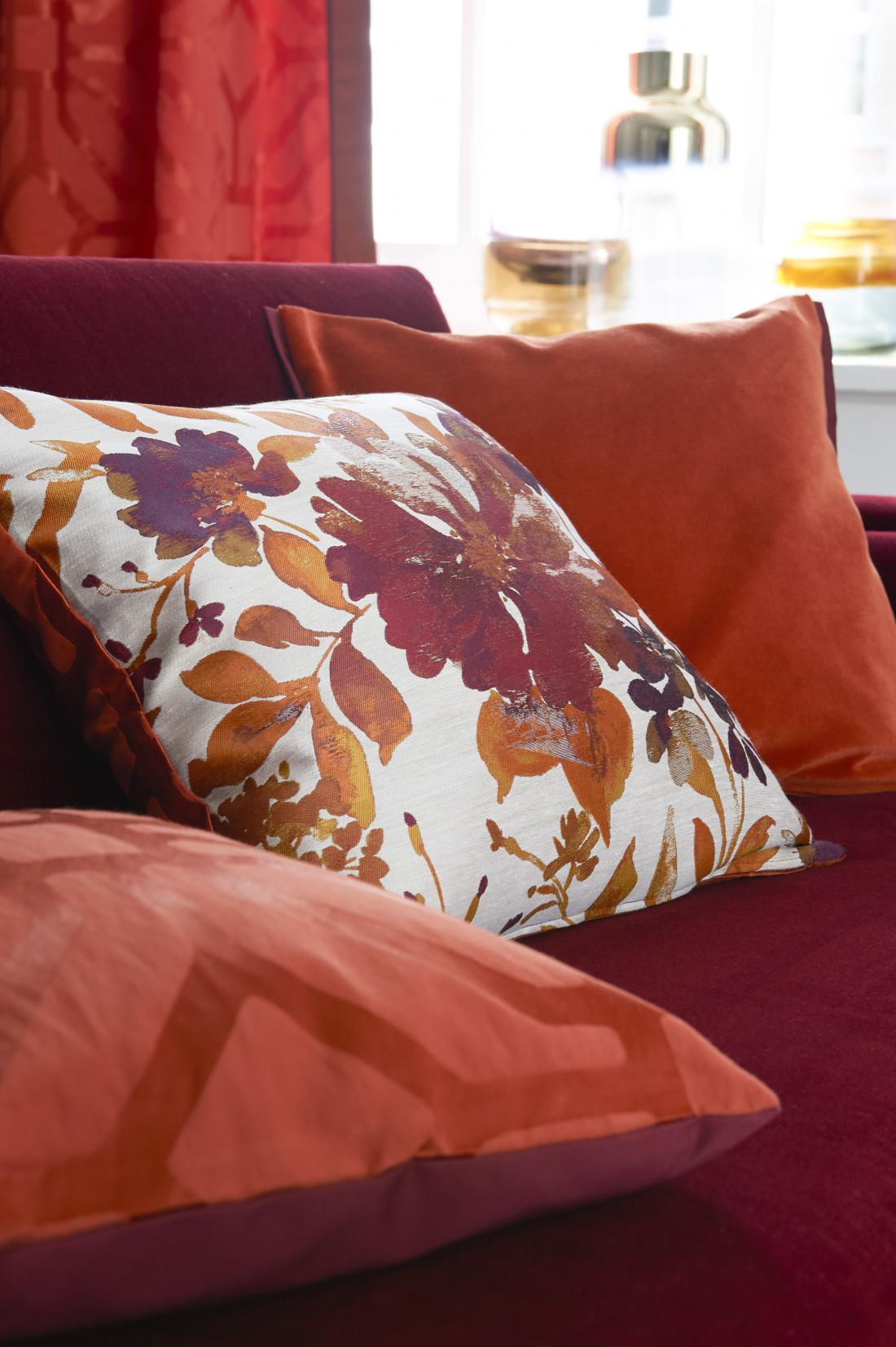 Nemško združenje vodilnih tekstilnih podjetij Deco team je med trendovske barvne kombinacije za letos uvrstilo tudi rdečerjave odtenke, ki jih lahko krasijo cvetlični vzorci (arhiv Deco team).