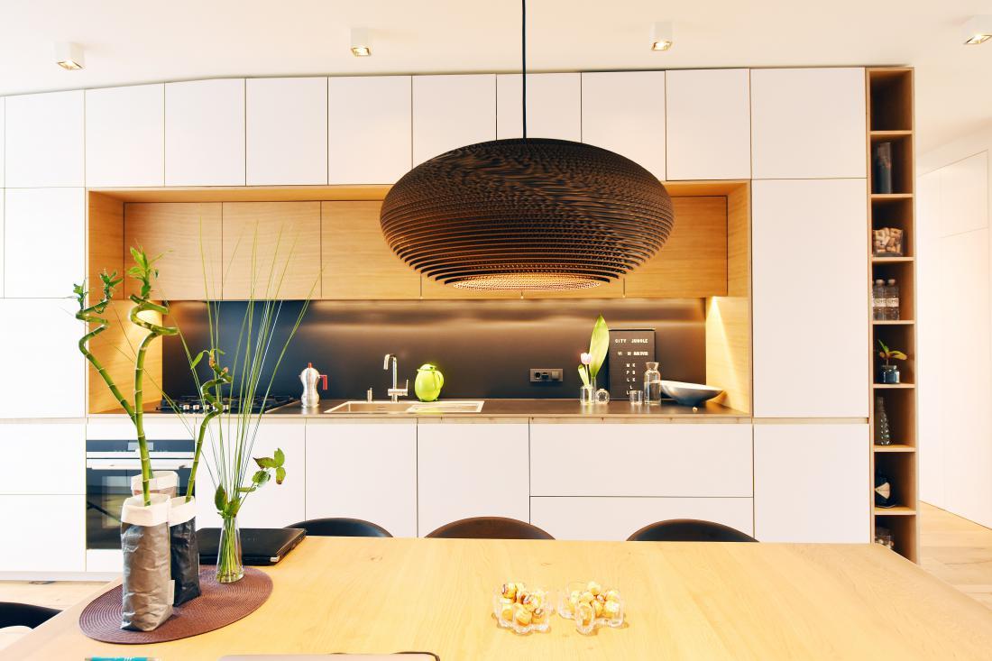 Vse pohištvo je narejeno po meri in po načrtih arhitektke, ki je v interierju združila prostorske danosti in zahteve družine po prijetnem in zdravem bivalnem okolju.