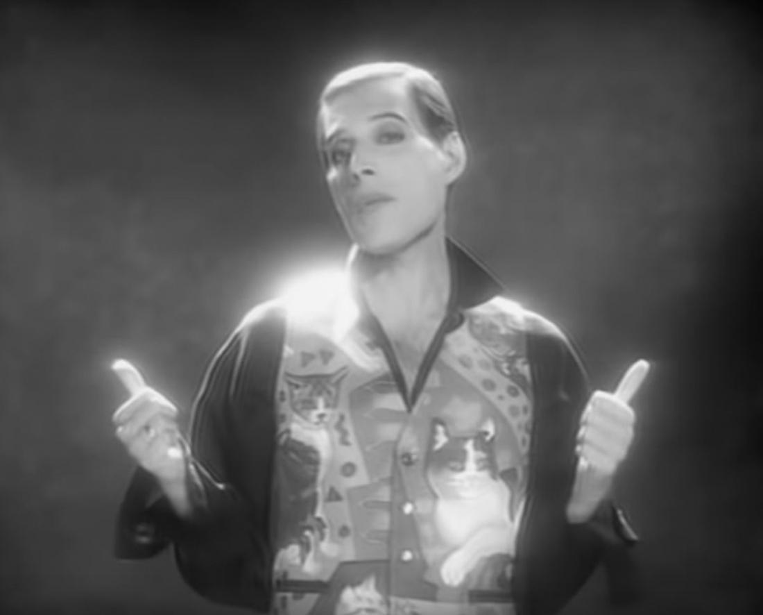 Freddie Mercury je v videu za pesem These are the days of our lives nosil brezrokavnik, na katerem so narisane mačke. FOTO: YouTube