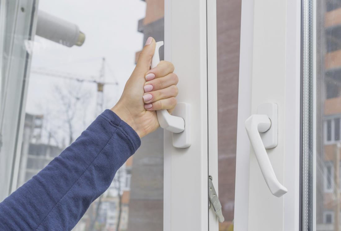 Skozi okna, dolgotrajno odprta na nagib, izgubimo pozimi veliko toplotne energije.