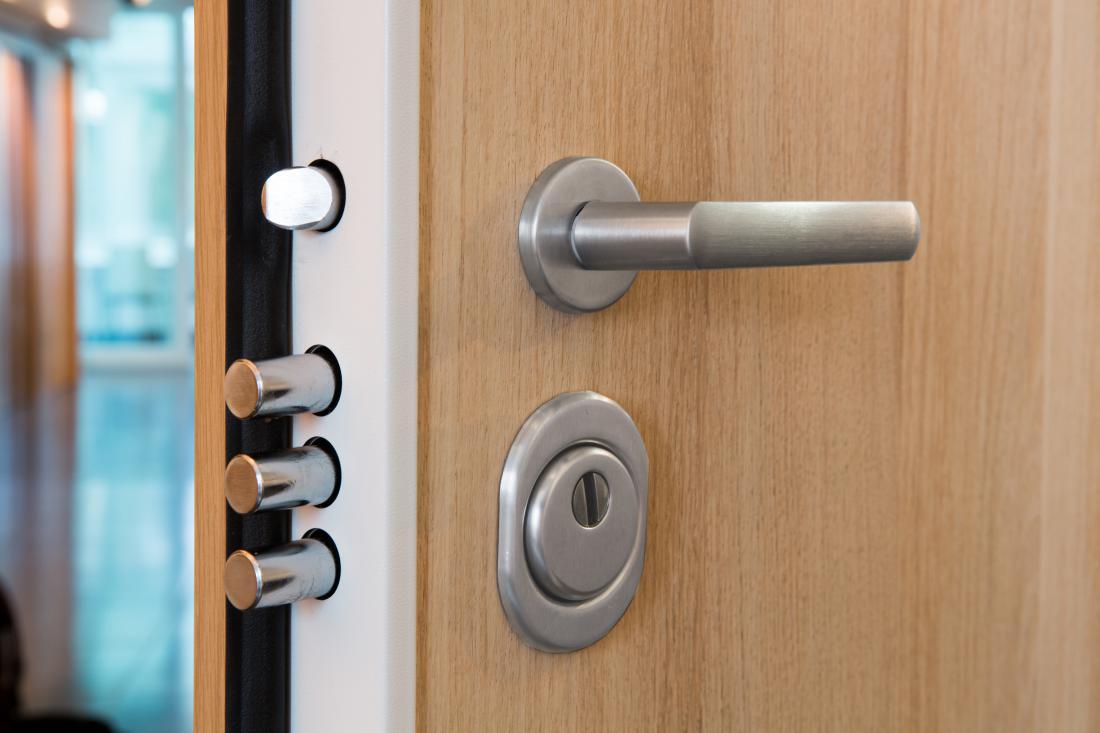 Za stanovanja in hiše praviloma zadoščajo vhodna vrata tretjega varnostnega razreda. FOTO: Vovko