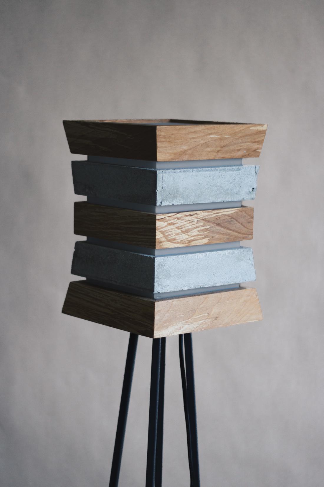 Kolekcijo svetil iz lesa in betona sta oblikovala Anja in Simon Štampar, ki ustvarjata pod imenom VariusDesign. FOTO: VariusDesign