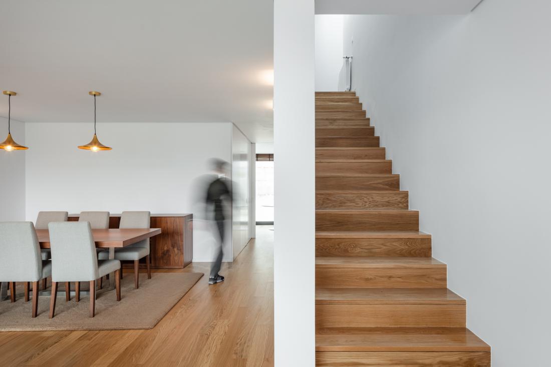 Prostori so opremljeni minimalistično, za toplino skrbi hrastov les. Ta se pojavi kot talna obloga, iz njega pa so izdelani tudi nekateri kosi pohištva.