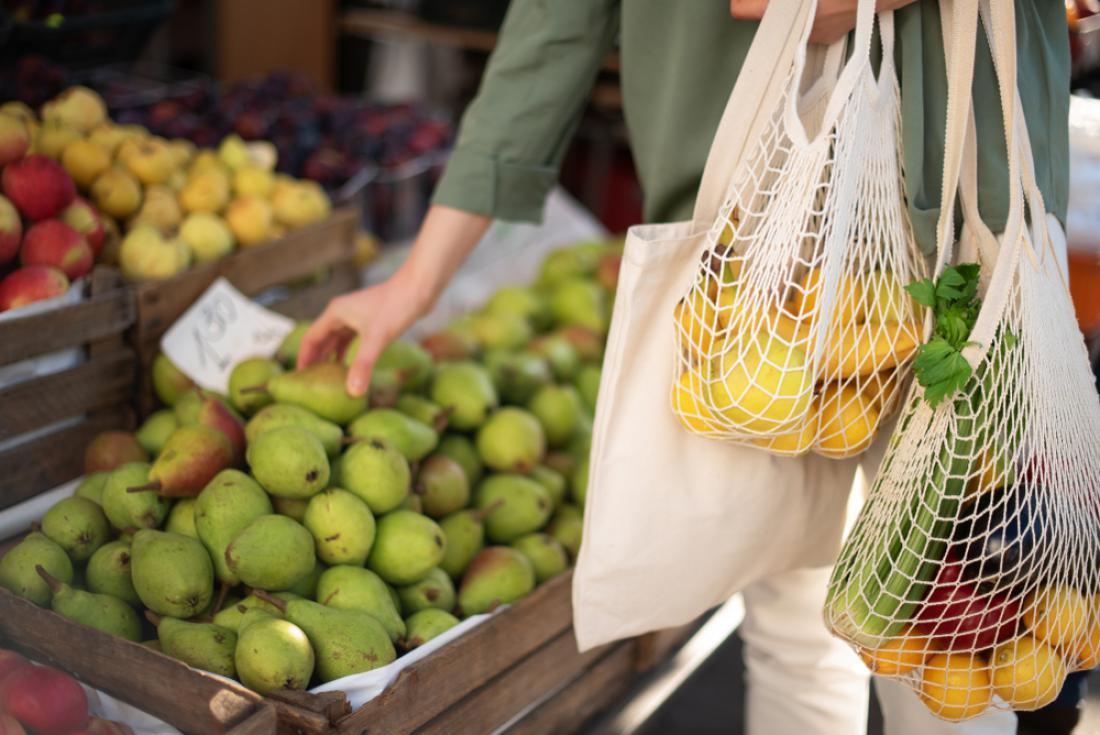 Sadje in zelenjavo lahko nakupujete in shranjujete v vrečkah za večkratno uporabo. FOTO: j.chizhe/ Shutterstock