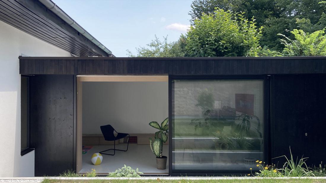 Povečava okenskih odprtin, ki so jim odstranili parapete, je notranjost povezala z zelenim vrtom.