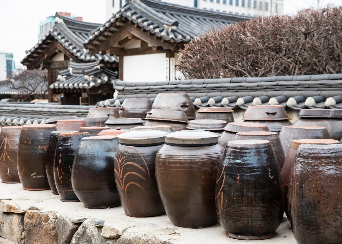 Keramična posoda za tradicionalno fermentacijo kimčija. FOTO: Ethos.lee/Shutterstock