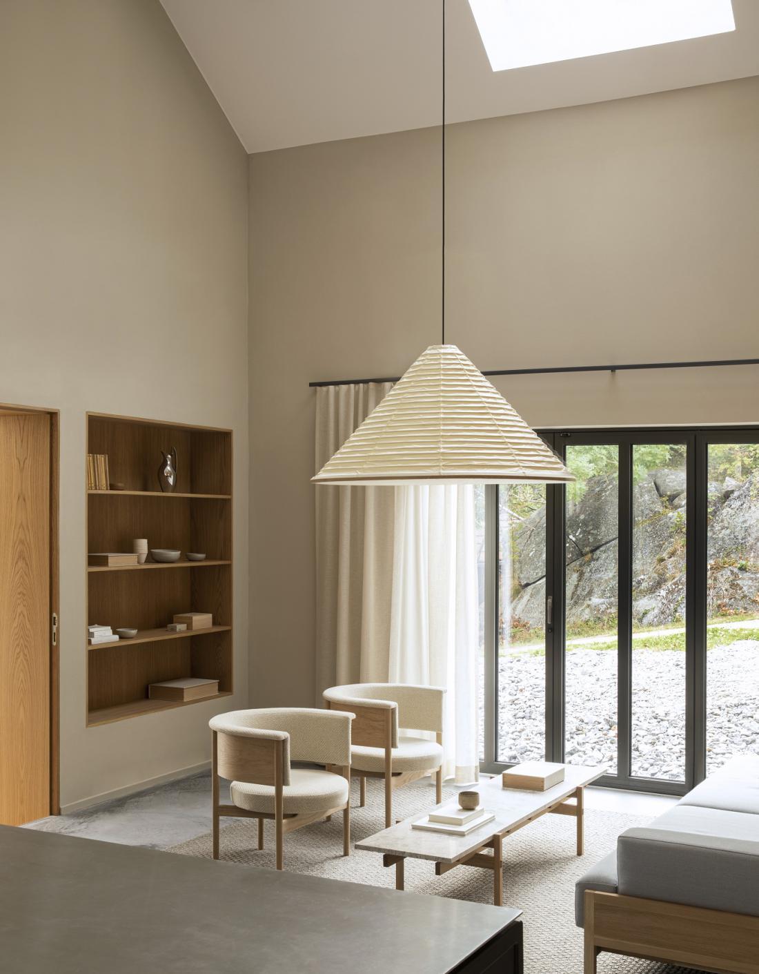 """V Norm Architects so zasnovali lahke naslanjače The new Club Chair """"N-CC01"""", izdelali pa so jih japonski mojstri iz podjetja Karimoku."""