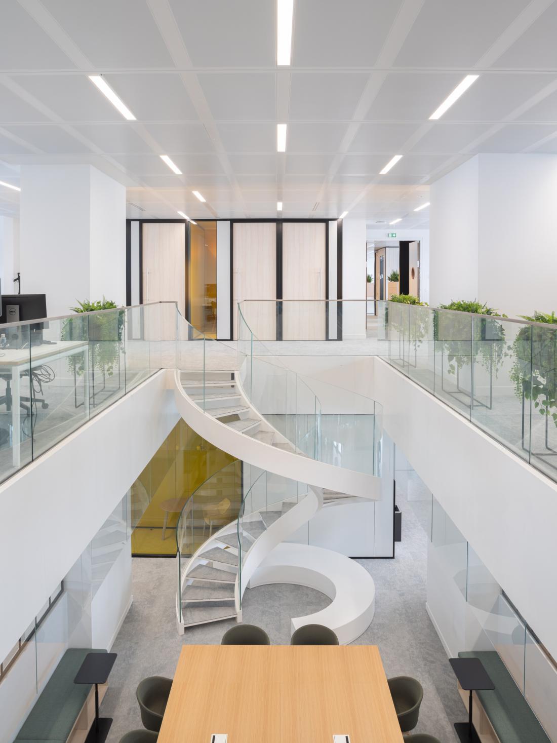 Četrto in peto nadstropje je namenjeno časopisu Le Monde, povezuje pa jo spiralno oblikovano stopnišče. FOTO: Jared Chulski