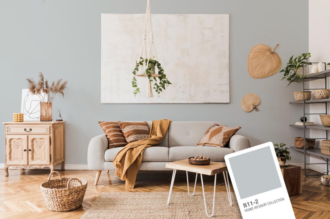 Sivo barvo lahko kombinirate z naravnim lesom in zemeljskimi odtenki barv.