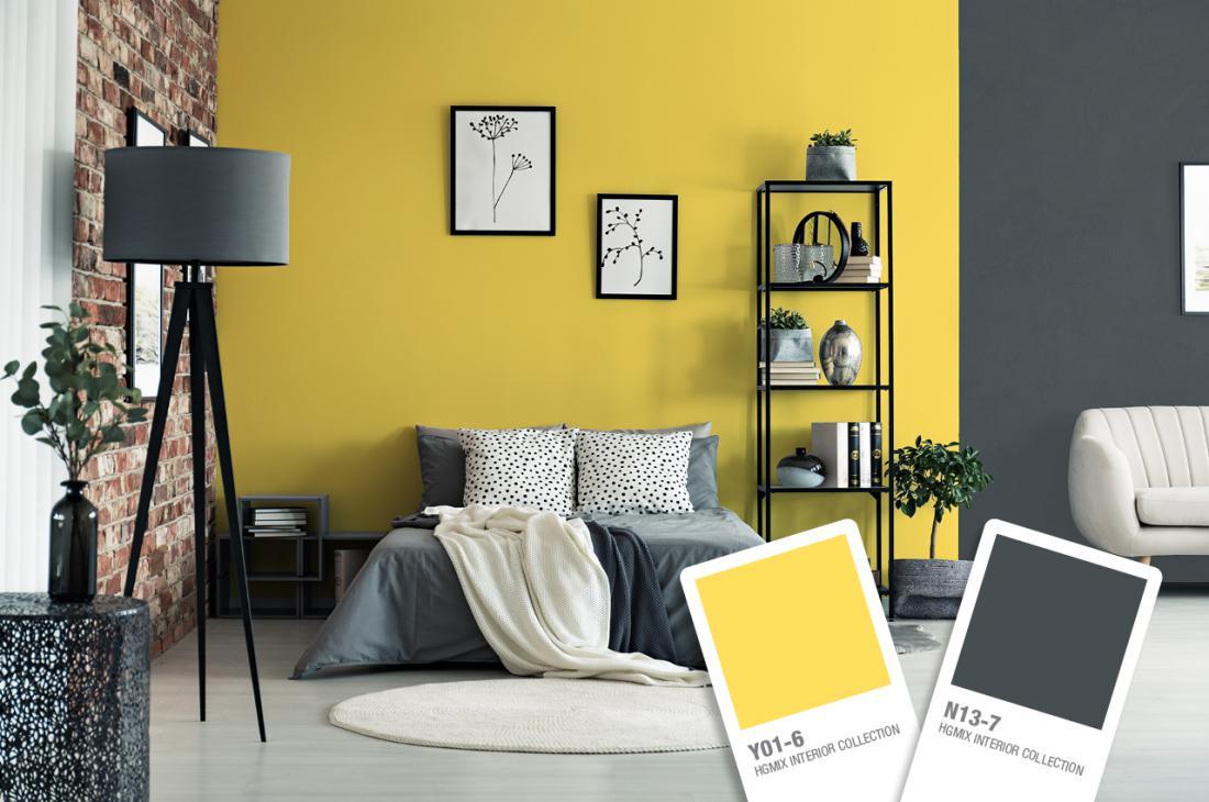Stena za zglavjem postelje je lahko tista, ki pritegne pogled, z rumeno bo zagotovo.