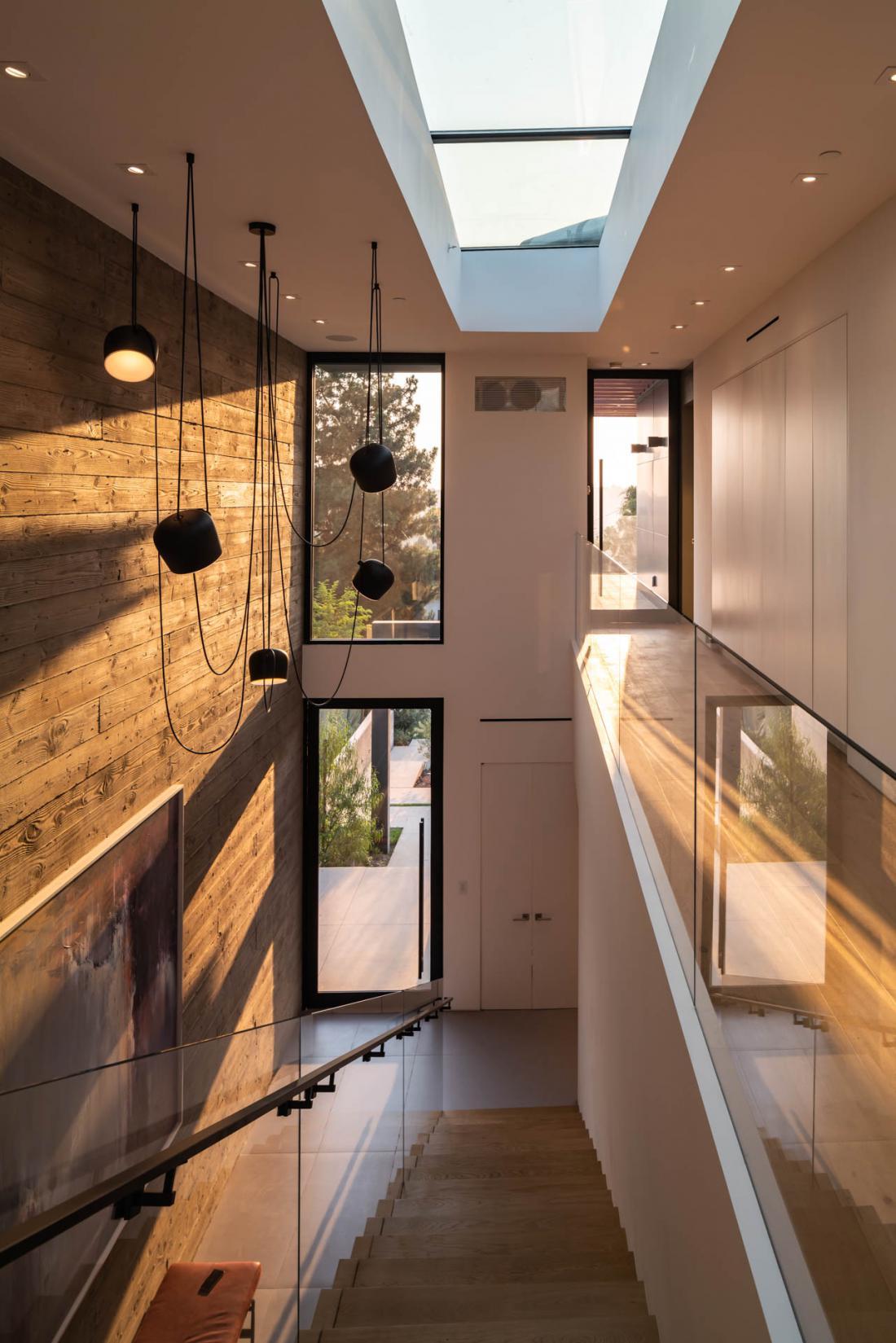 Hiša je obsijana z naravno svetlobo, ki so jo v prostore pripeljali z uporabo nadstropne galerije in strešnega okna. Foto: osebni arhiv