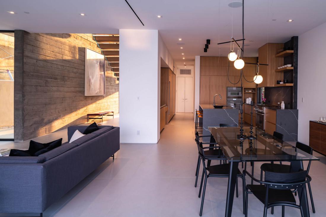 Pritličje je namenjeno bivalnim prostorom s kuhinjo, jedilnico in dnevno sobo ter izhodom na teraso in zunanje prostore. Foto: osebni arhiv