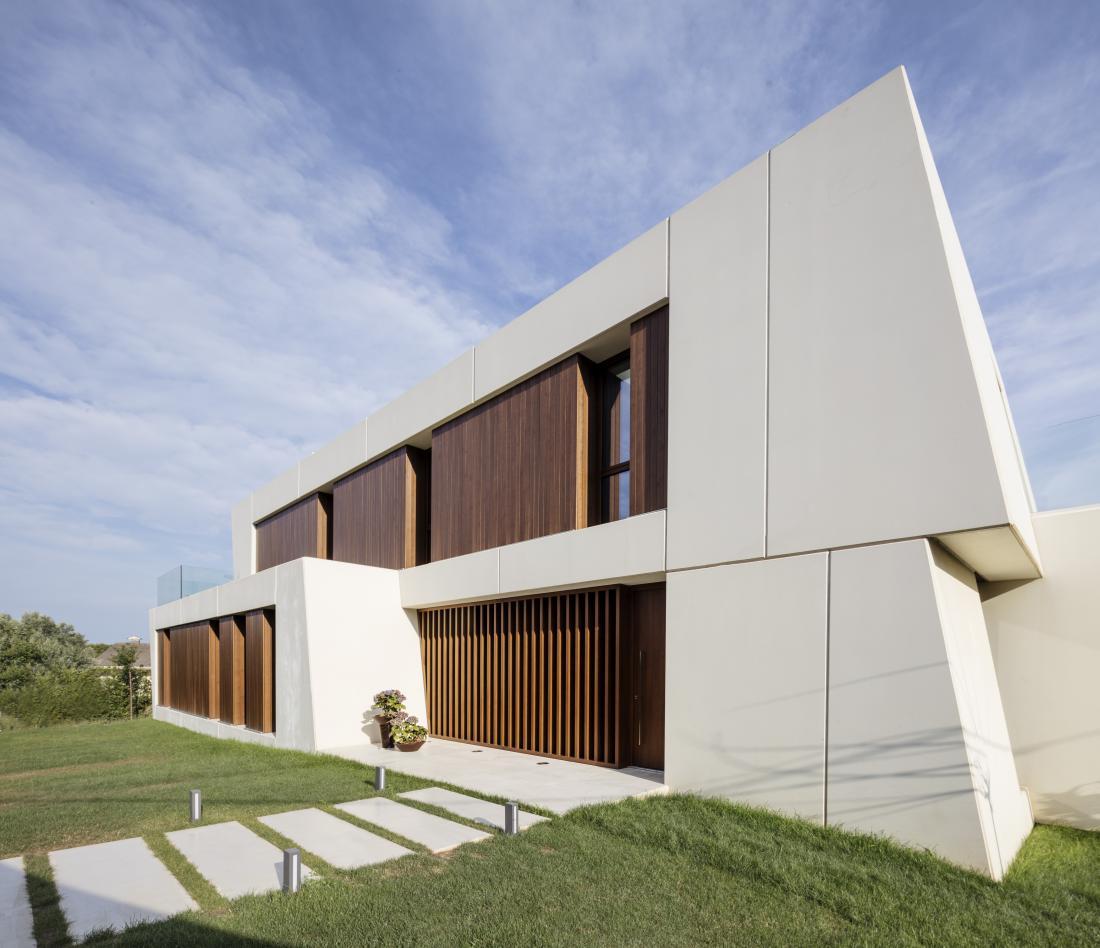Arhitekti so pri umestitvi hiše na parcelo, ki meri 390 kvadratnih metrov, izkoristili dolžino parcele.