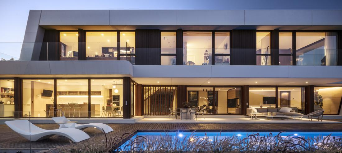 Ob večerih, ko so prižgane luči, hiša zaživi v drugačni podobi.