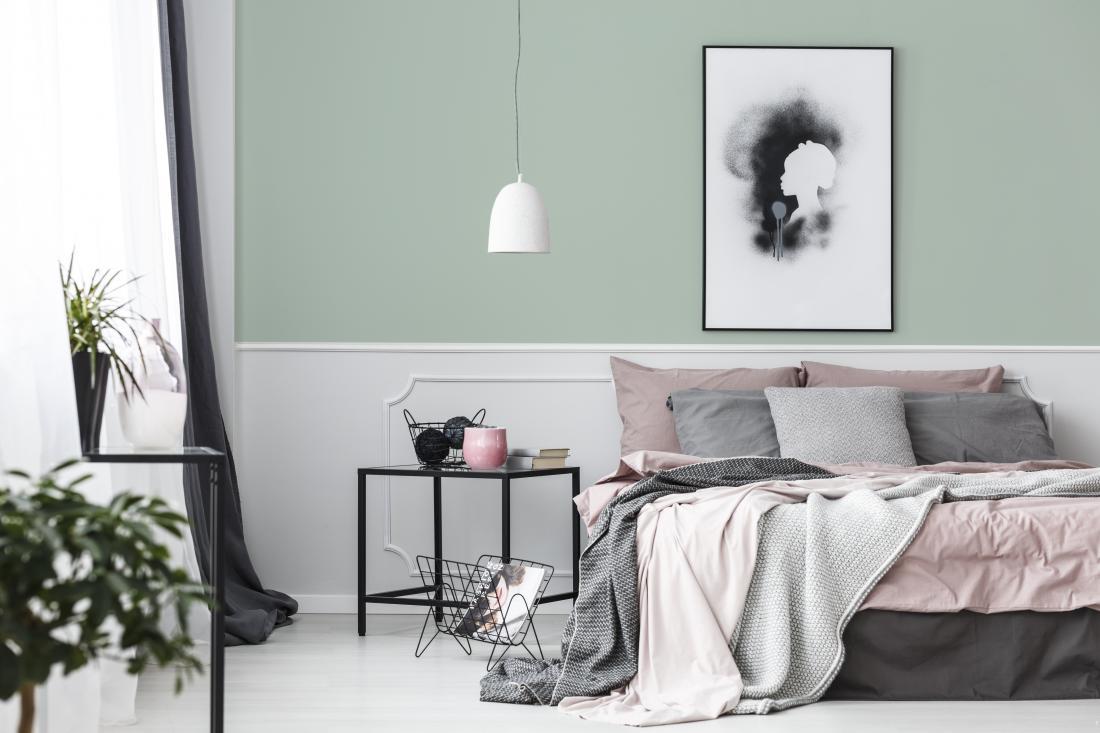 Zelen odtenek lepo dopolnjujejo umazano rožnati pasteli, ki v prostoru ustvarjajo občutek nežnosti in ženstvenosti. Foto: arhiv Jub