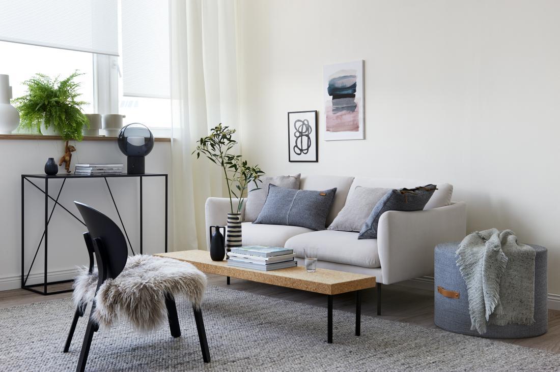 Skandinavski slog v dnevni sobi: preproste in prečiščene linije, ki delujejo minimalistično, a hkrati toplo in prijetno.