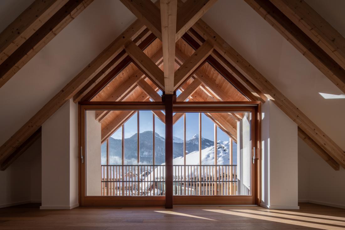 Nosilna lesena konstrukcija je v notranjosti vidna in zaznamuje interier.