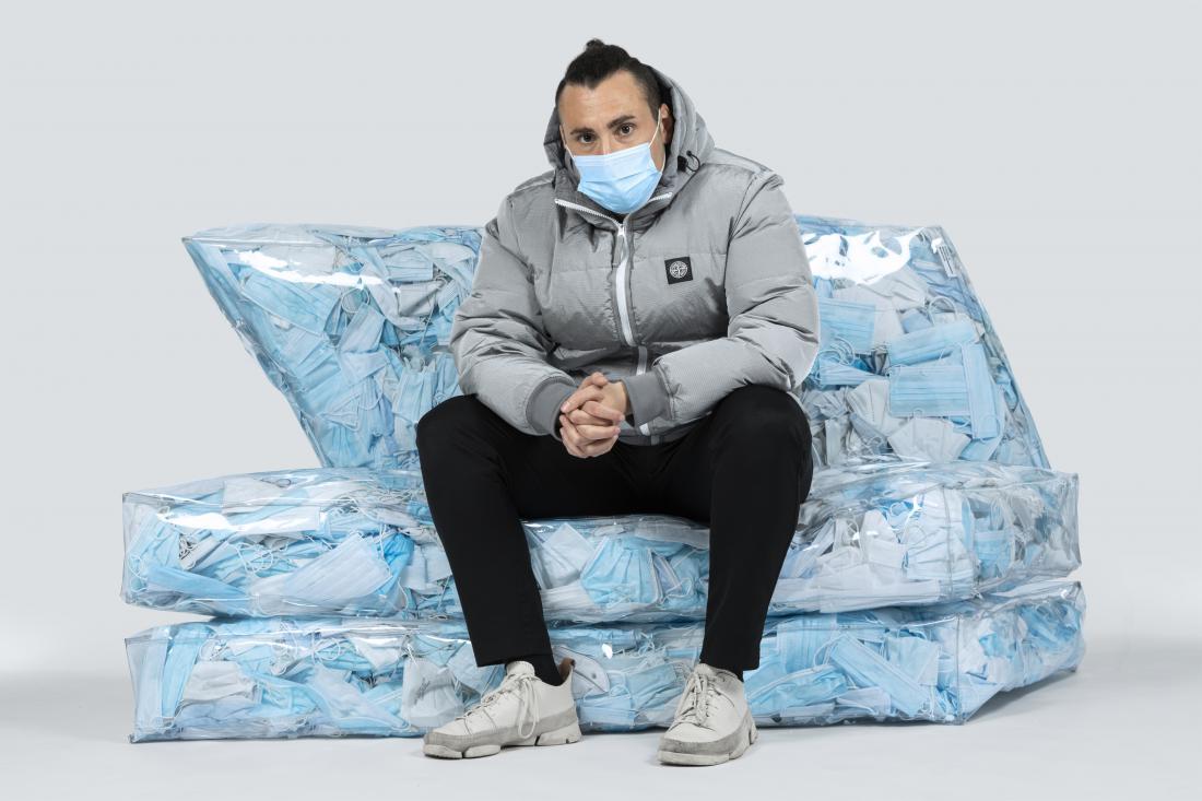 Italijanski oblikovalec Tobia Zambotti na počivalniku Couch-19, ki spominja na ledeno goro – simbol globalnega segrevanja.