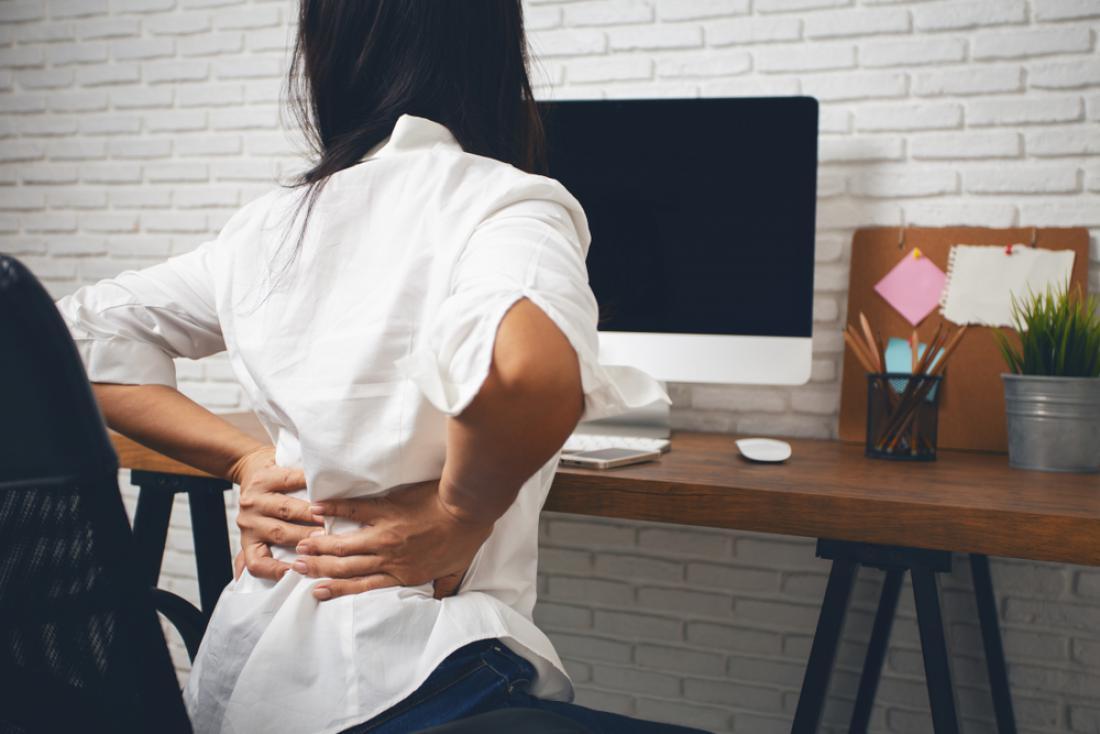 Neprimeren stol lahko pusti posledice, kot so bolečine v križu. FOTO: Suriya yapi/ Shutterstock