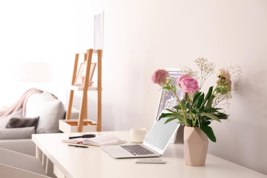Na delovni mizi naj bo prostor za šopek sezonskega cvetja, ki vam bo polepšal dan. FOTO: Pixel-Shot/Shutterstock