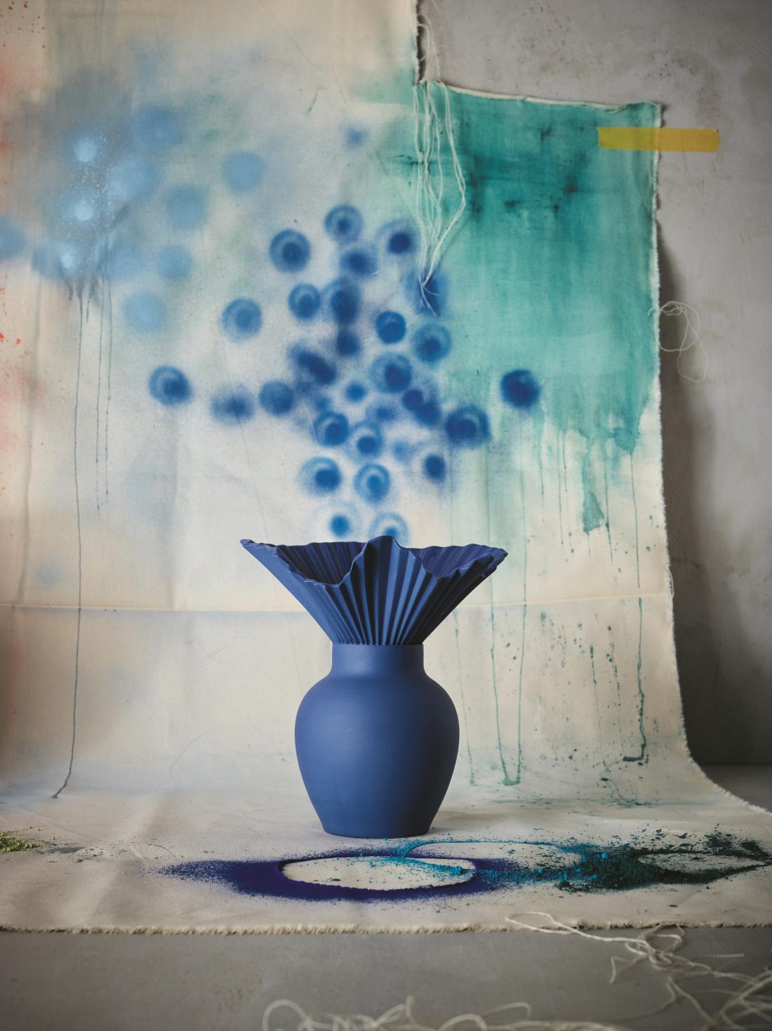 Vaza Falda, ki jo je nemški oblikovalec Sebastian Herkner oblikoval pred sedmimi leti, je zdaj zaživela v modrem odtenku.