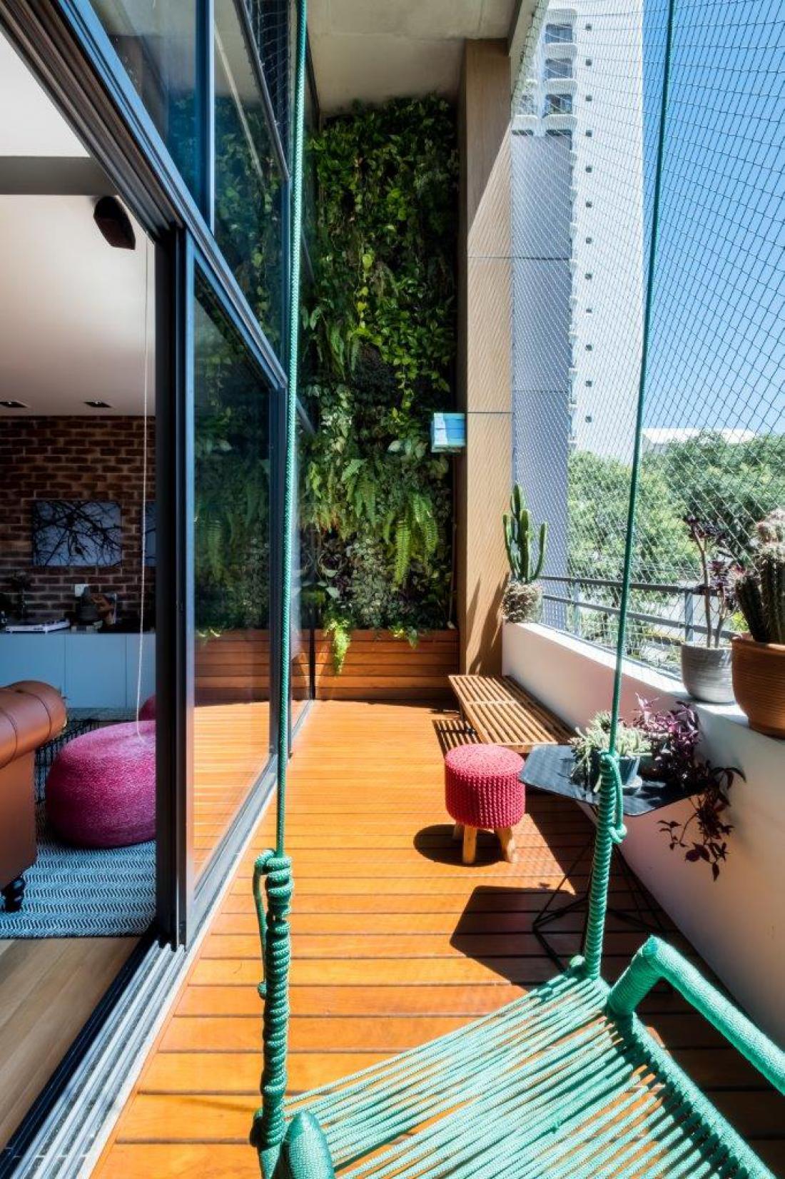 Na eni od sten balkona je urejen vertikalni vrt, ki se razprostira od tal do drugega nadstropja stanovanja.