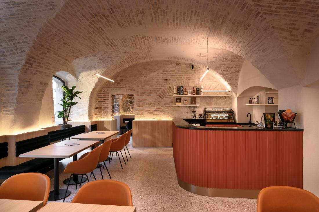 Osrednji točilni pult je sestavljen iz polkrožnih letvic, ki spominjajo na valove reke Ljubljanice.