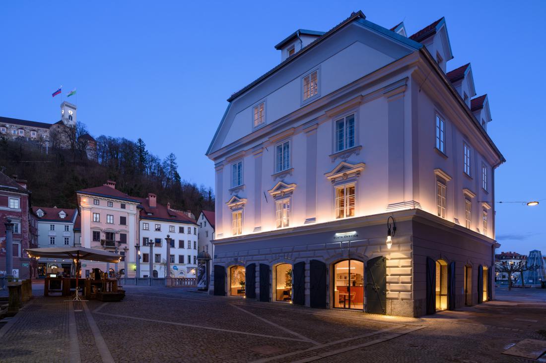 Zlata ladjica je edina prostostoječa hiša v starem mestnem jedru, pred rušilnim potresom v Ljubljani 1895 pa je bila ena od štirih zgradb v nizu.