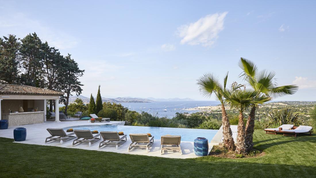 Najbolj razvaja čudovit razgled na priljubljeno mesto na francoski rivieri Saint-Tropez.