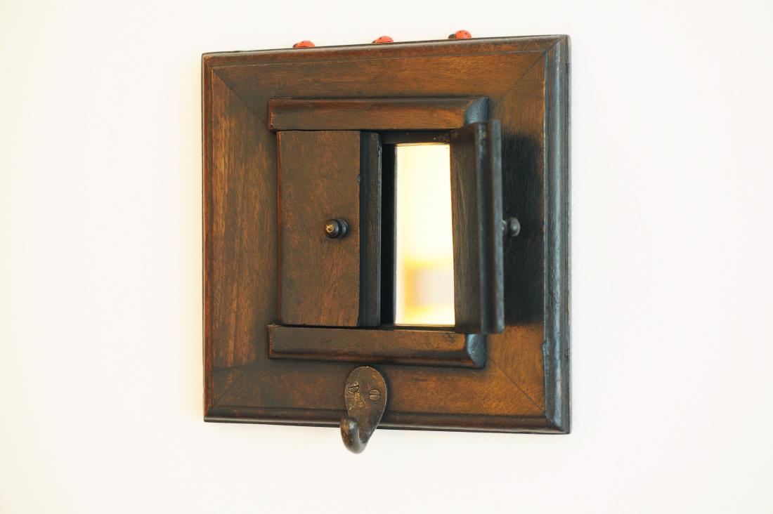 Leseno okence, za katerim se skriva ogledalo, na steni kuhinje me vsak dan popelje na sončno Mallorco.
