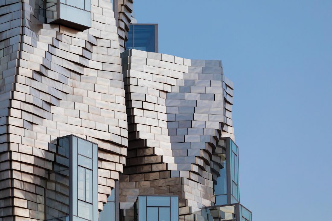 Vsaka plošča je unikatna in ima posebno številko ter na stavbi točno določeno lokacijo.