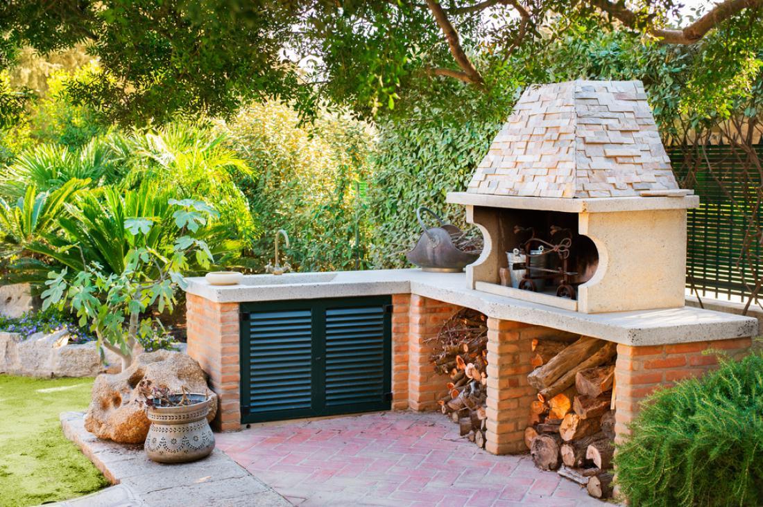 Če boste veliko kuhali zunaj, je smiselno letno kuhinjo dobro opremiti. FOTO: Stefano Garau/Shutterstock