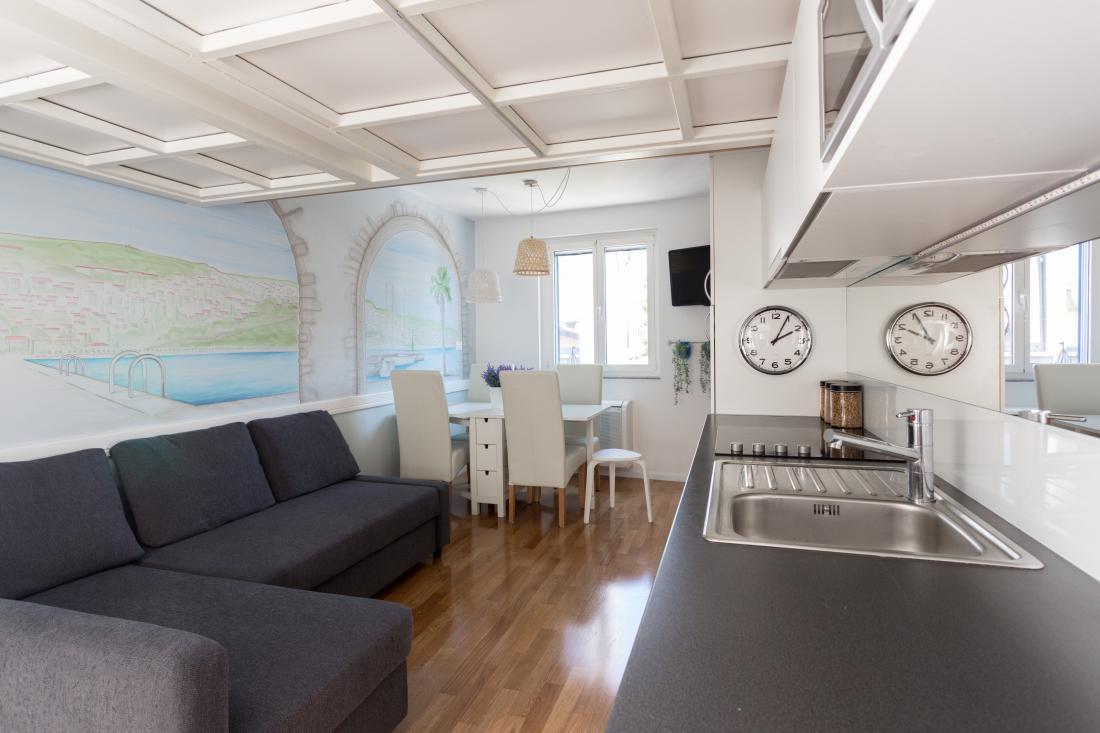 Na 18 kvadratnih metrih je dovolj prostora tudi za kuhinjo in jedilno mizo.