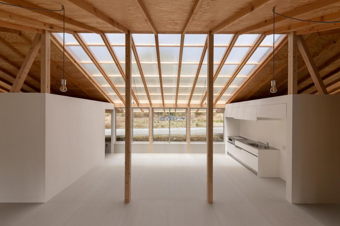 Vitka srebra sta arhitekturni poudarek v osrednjem prostoru, ki ga zaznamuje tudi transparentna streha.